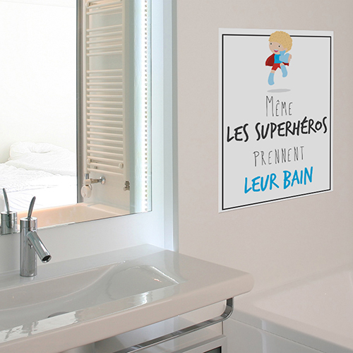 Sticker Superheros déco posé à côté d'une fenêtre de salle de bain
