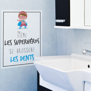 Autocollant superhéros et dents citation pour enfant à coté du lavabo de salle de bain