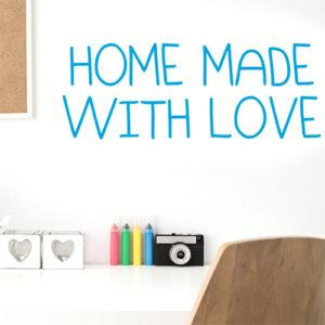 """Adhésif citation d'amour """"home made with love"""" bleu au dessus d'un bureau blanc"""