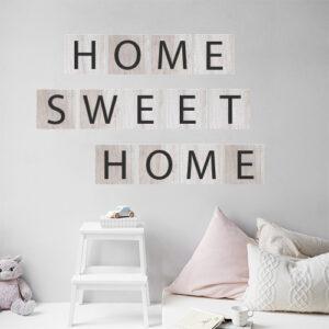 """Adhésif citation sur un mur gris clair """"home sweet home"""" pour déco de chambre d'enfant"""