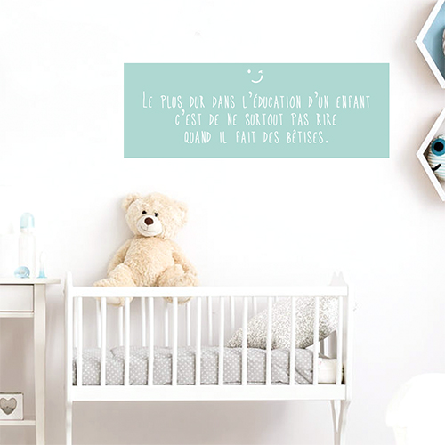 Sticker Le plus dur éducation blanc sur fond bleu au dessus d'un lit pour bébé