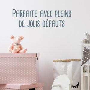 Sticker mural Parfaite avec pleins de défauts au dessus d'un lit de bébé