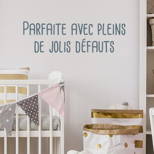 Sticker adhésif citation Parfaite avec pleins de défauts dans une chambre de bébé
