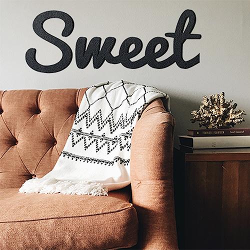 Sticker mural Sweet noir au dessus d'un fauteuil ancien