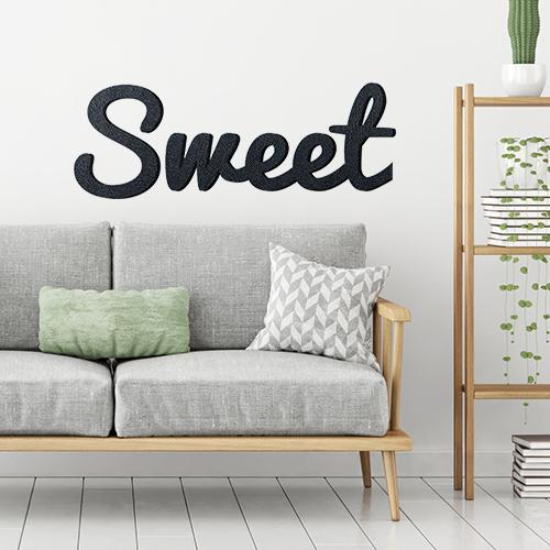 Sticker adhésif Sweet au dessus d'un canapé gris dans un salon