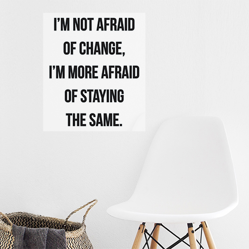 Sticker déco I'm not afraid au dessus d'une chaise de salon