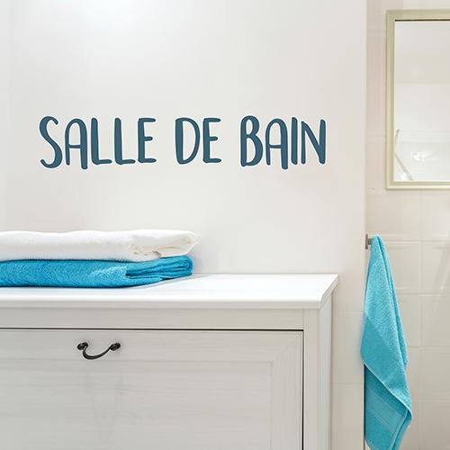 Sticker mural Salle de bain au dessus d'une table avec serviettes