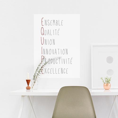 Sticker adhésif citation Equipe au dessus d'une chaise de bureau