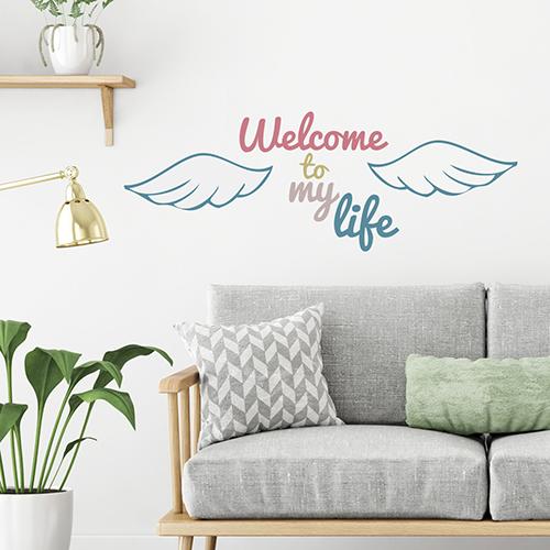 Pièce à vivre décoré avec un sticker mural citation Welcome to my life