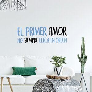Sticker adhésif citation El Primer Amor collé dans un salon exotique