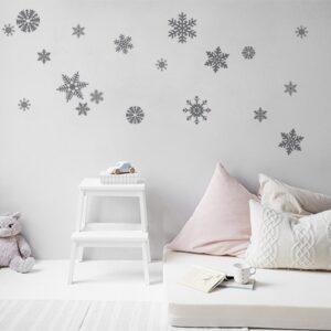 Sticker mural décoratif flocons de neiges argentés collés dans une pièce à vivre