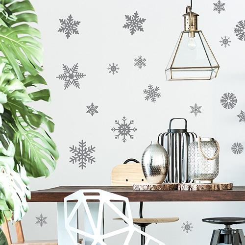 Sticker autocollant décoratif flocons de neiges argentés collé sur le mur d'une cuisine