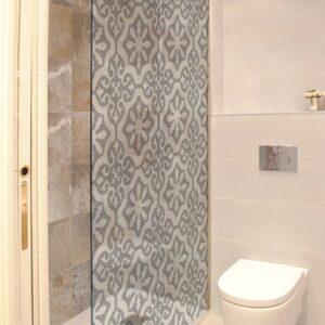 Sticker Orient pour douche collé dans une salle de bain avec WC