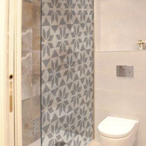 Sticker autocollant Hexagonal dans une salle de bain avec WC