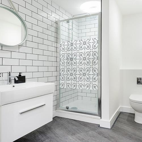 sticker adhésifs petits pétales carré collé sur une douche dans une grande salle de bain moderne