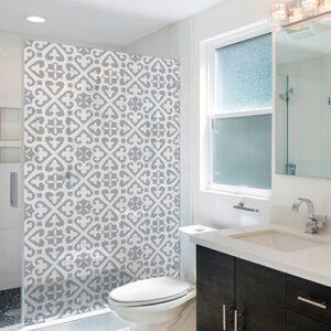 sticker petits motifs Moyen Orient collé sur la vitre d'une petite salle de bain