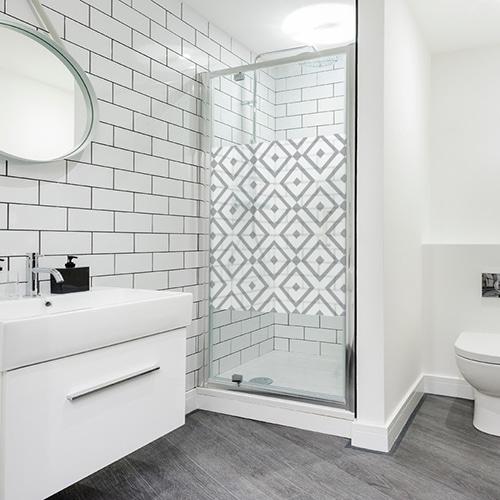 sticker format carré motif losange noir et blanc collé sur une douche moderne