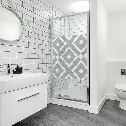 Sticker décoratif adhésif losange noir et transparent collé à la porte vitrée d'une salle de bain moderne