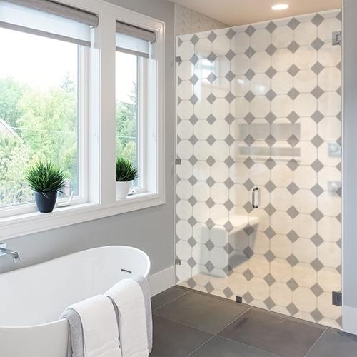 Sticker décoratifs motif vichy petit losanges gris collé sur la vitre d'une douche dans une salle de bain moderne et luxueuse