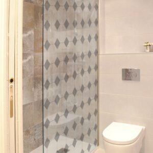 Sticker autocollants décoratif grand losanges gris motifs Vichy collés à la porte d'une douche dans une petite salle de bain