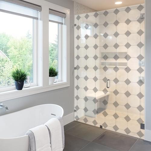 Sticker adhésif déco grand losanges gris motifs Vichy posé sur la vitre d'une grande salle de bain équipée d'une baignoire