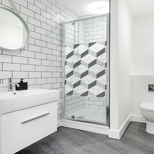 Sticker carré autocollant Chevrons 3D blancs collé sur la porte de la douche d'une salle de bain blanche moderne