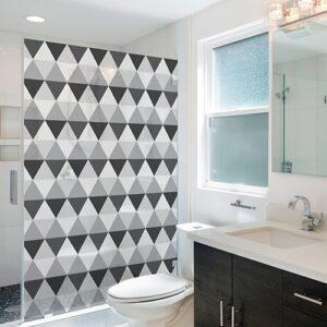 Sticker décoratif adhésif Motifs losanges gris et noirs collé sur une petite salle de bain moderne