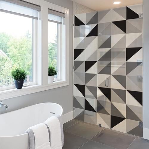Sticker décoratif représentant des triangles tri-color sur une douche de luxe dans une salle de bain