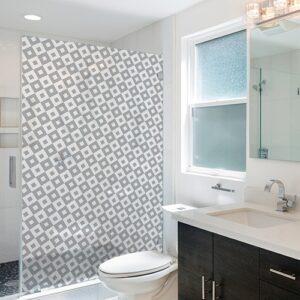 Sticker adhésif moyens carrés noir et blanc dans une salle de bain moderne