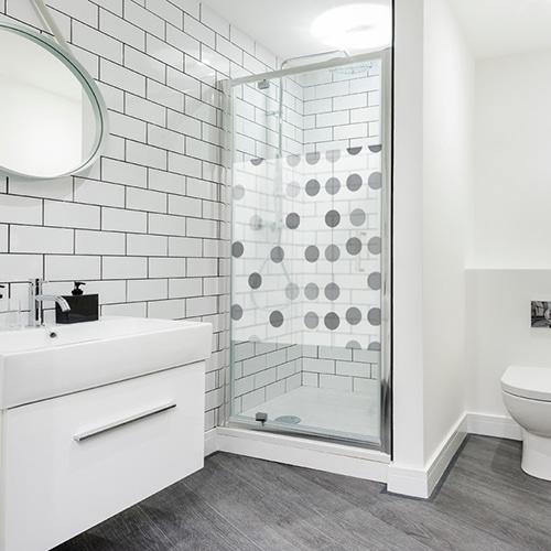 Sticker adhésif Guirlandes à pois pour la salle de bain