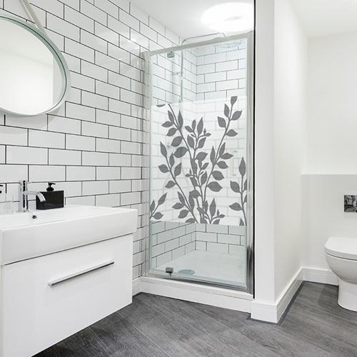 Sticker adhésif Feuillages sur une paroi de douche