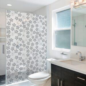 Sticker dans une salle de bain parterre fleuri
