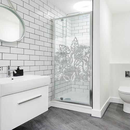 Sticker Urban Jungle sur une paroi de douche