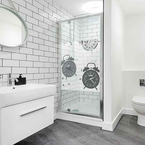 Autocollant déco Tic Tac gris pour paroi de douche dans une salle de bain moderne