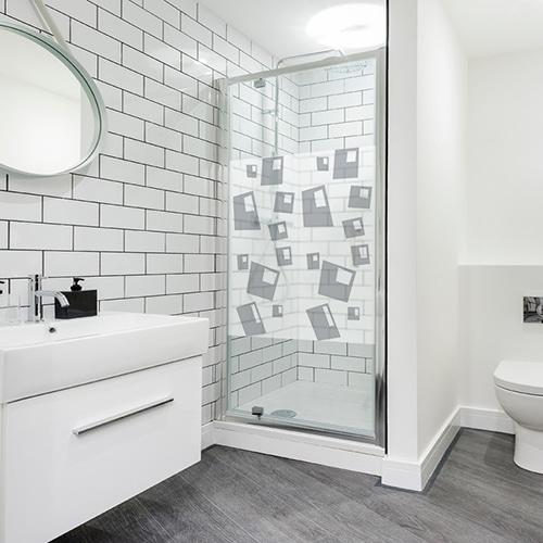Sticker adhésif Bulles carrées posé dans une salle de bain
