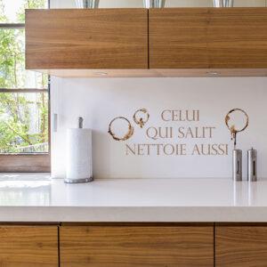 Sticker déco Celui qui salit au dessus d'un plan de travail dans une cuisine