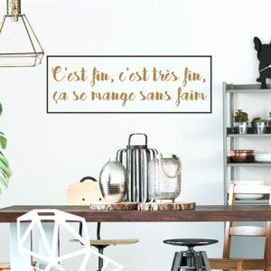 Sticker C'est fin citation au dessus d'une table à manger