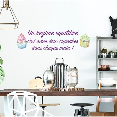 Sticker Régime équilibré citation au dessus d'une table à manger