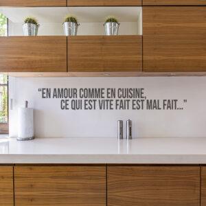 Sticker mural Amour cuisine au dessus d'un plan de travail dans une cuisine
