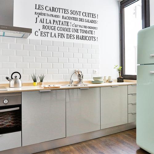 Sticker mural Les carottes sont cuites dans une cuisine au dessus d'un plan de travail