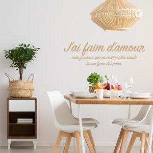 Sticker autocollant J'ai faim amour au dessus d'une table à manger