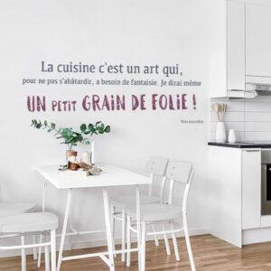 Sticker citation déco Grain de folie au dessus d'une table à manger