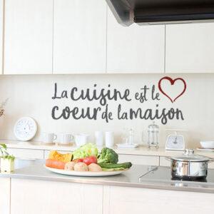 Sticker mural La cuisine est le coeur au dessus d'un plan de travail dans la cuisine