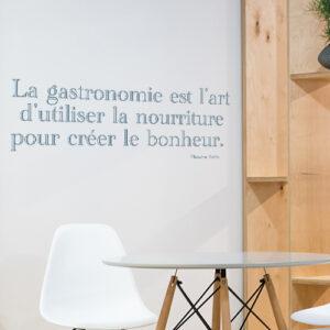Sticker autocollant La gastronomie sur un mur à côté d'une étagère
