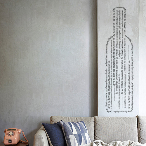 Sticker adhésif en forme de bouteille déco sur un pan de mur