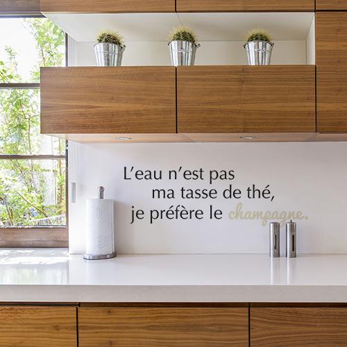 Sticker citation L'eau n'est pas au dessus d'un plan de travail dans une cuisine