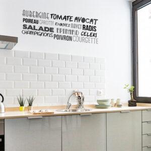 Sticker citation murale au dessus d'un plan de travail dans une cuisine de la gamme Aubergine