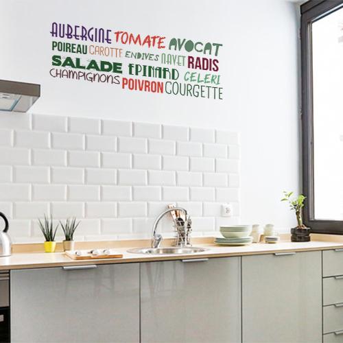Sticker adhésif Aubergine Tomate au dessus d'un plan de travail dans une cuisine