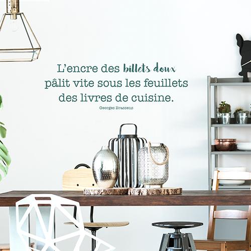 Sticker mural citation Billets doux posé au dessus d'une table à manger