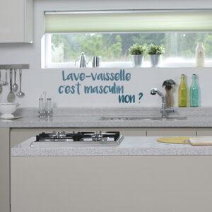 Sticker mural posé au dessus d'un plan de travail dans une cuisine moderne de la gamme lave vaisselle